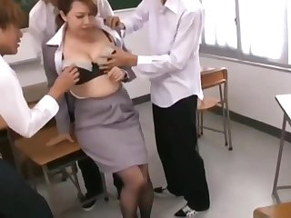 يتحرش بالمعلمة في القطار وينيكها