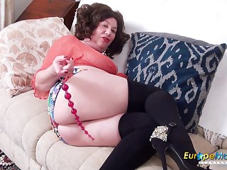 Horny mature lady tries different toys in her ass and pussy