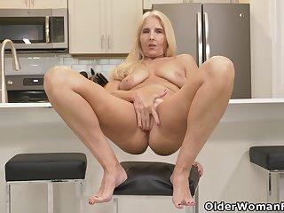 Florida milf Chery Leigh loves doing kitchen chores