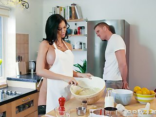 Stacked beauty Jasmine Jae keeps her man happy in the kitchen
